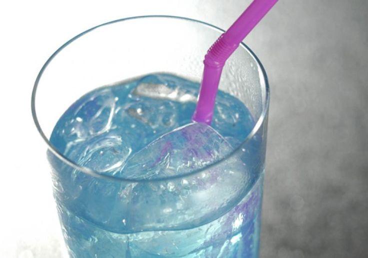 40 ml de rum branco 10 ml de suco de limão 20 ml de Curaçao azul Soda limonada a gosto  Ponha na coqueteleira o rum, o suco de limão e o Curaçao. Mexa vigorosamente e despeje em um copo longo. Complete com a soda limonada gelada e sirva imediatamente.