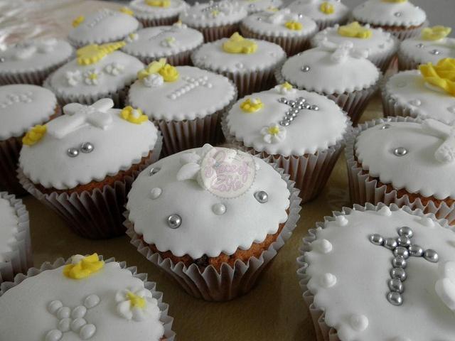 Comunión en fondant by Piece of Cake - Cupcakes!  Buenos Aires - Argentina  www.yourpieceofcake.com