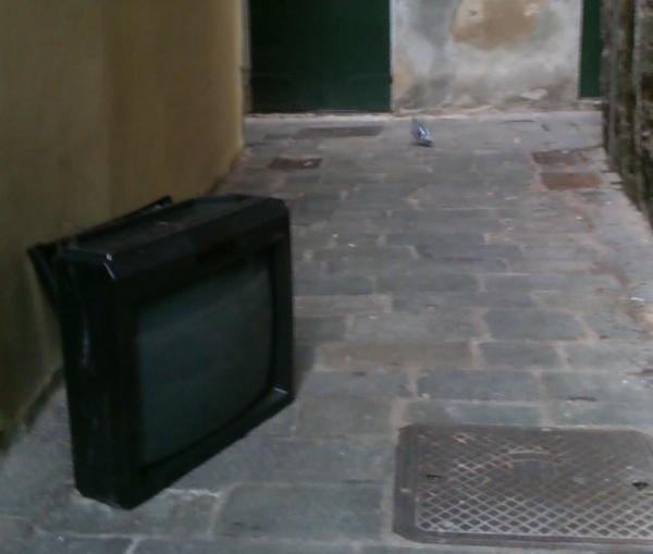 Soggiorno en plein air: la tv è in strada sotto un soffitto di stelle