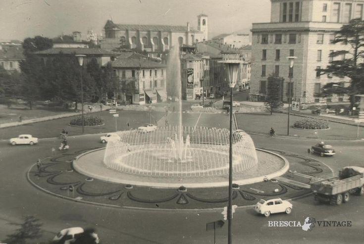 """""""Piazza Repubblica vista dalle finestre di casa mia"""" - 1956 http://www.bresciavintage.it/brescia-antica/documenti-storici/7797/"""