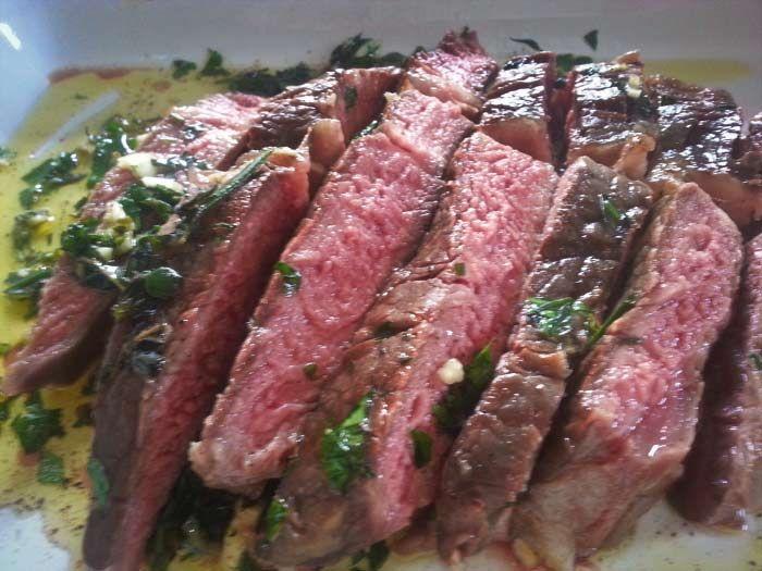 Ribeye is misschien wel één van de beste steaks om op de barbecue te gooien. met groene kruiden en olijfolie is het helemaal geweldig.