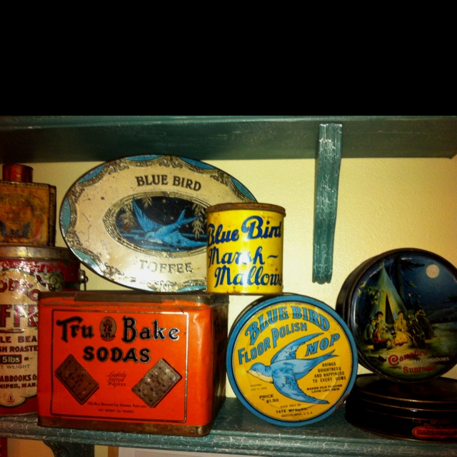 Love the old tins .....want some for above the cabinets in the kitchen!