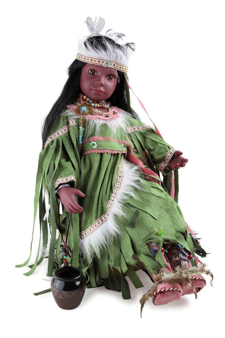 Sympathieke natuurlijke pop met hoofd en ledematen van vinyl in de stijl van de oerinwoners van Noord-Amerika. Met het ravenzwarte haar en de gedetailleerde jurk en diverse sieraden is deze kleine indiaanse een verrijking voor iedere ruimte!