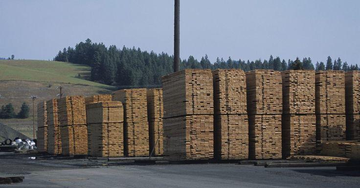 Cómo tratar madera fresca recién cortada. La madera recién cortada nunca debe ser usada sin curar durante al menos seis meses. Esta madera tiene un contenido de humedad extremadamente alto. A medida que la humedad va desapareciendo, la madera se encoge. Si hay tensión en la madera o algo como laca, aceite o sellador aplicado sobre la madera antes de que se haya secado, ésta se retorcerá y ...