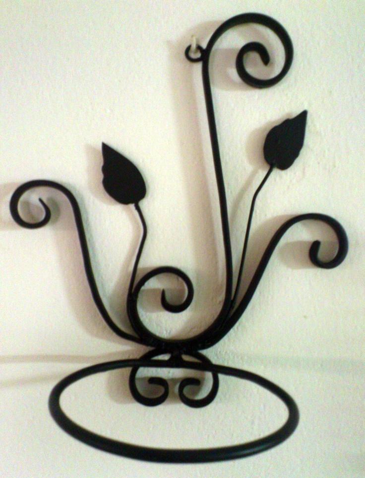 Maceteros de pared con adornos de forja.