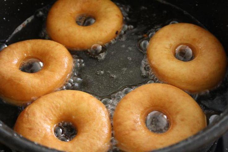 Bu taze taze donutlari daha dün yaptim ve hala mutfagimda bir kac tane var cocuklarin gelmesini bekleyen…bir kac tarif birikmis sirayi beklesede bu lezzeti sizlerle paylasmak icin resmen sabi…