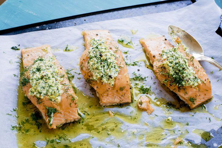 Lax med fetaost är en mycket god smakkombination. Här med dill och citron. laxfilé, fisk, laga mat i ugnen, dill