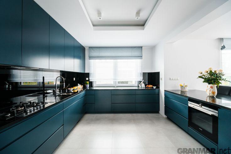 Kuchnia z blatem kuchennym i wyspą z granitu Nero Assoluto. GRANMAR.net