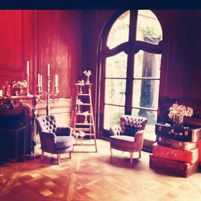 Un joli coin photobooth réalisé par D DAY DECO. En location: valise vintage, fauteuil, escabeau, chandelier, soliflores, vases....