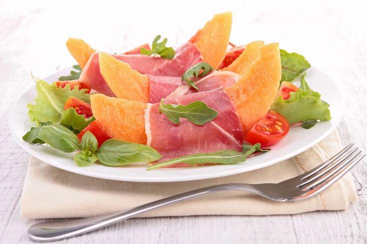 Salată cu pepene galben, roșii și prosciutto. Meniul zilelor de vară.