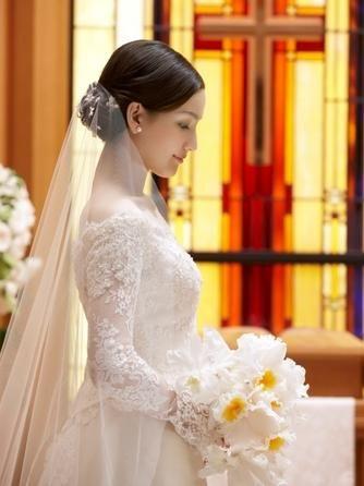 シニヨンからベールをつけると、清楚で大人っぽい印象に。 ウェディングドレス・カラードレスに合う〜シニヨンの花嫁衣装の髪型まとめ一覧〜