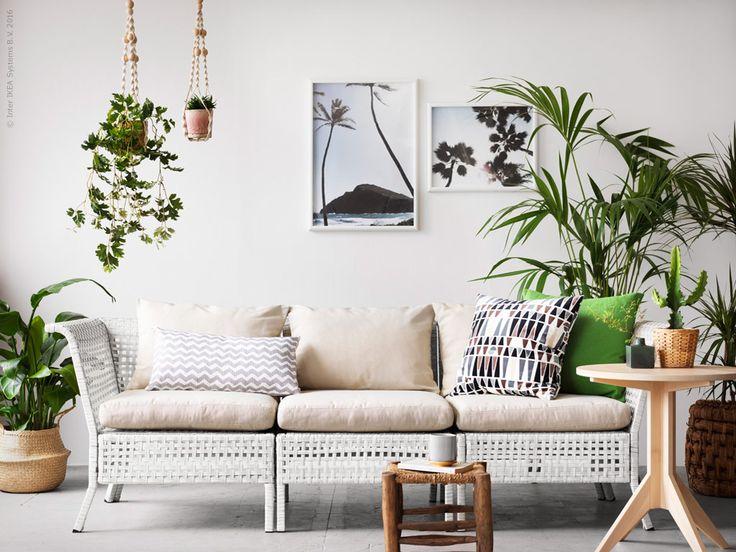 Förstärk känslan av ett frodigt uterum med den fina utemöbeln KUNGSHOLMEN. Den flätade lätta soffan i sommarvitt passar perfekt in på den tropiska trenden och går att kombinera fritt med ett stort urval sittsektioner.