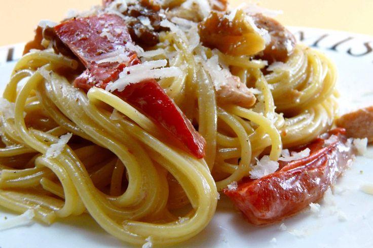 Spaguetti con salmón, pimiento rojo y nueces.