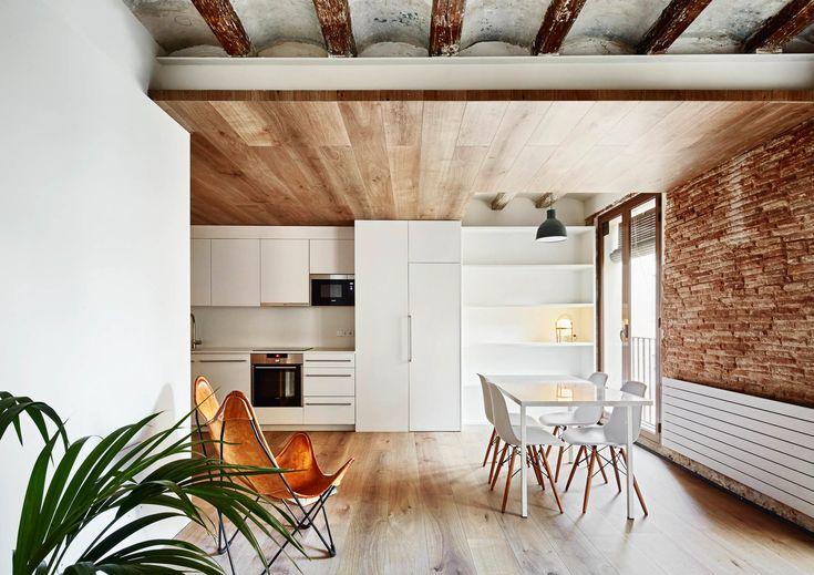 Испанское архитектурное бюро Mesura представило проект реставрации четырёх апартаментов в историческом районе Барселоны Эль Борн. Резиденции представляют собой образец архитектурной сдержанности, учитывают современные предпочтения туристов и демонстрируют бережно сохранённые детали из прошлого. Р...