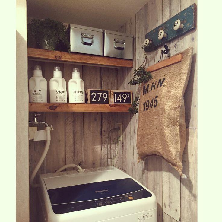 サニタリー…というか狭ーい洗濯機置き場をがらっと変えました ҉٩(*´︶`*)۶҉ 壁には古材風壁紙を貼って、イメージチェンジ! 棚はつっぱり棒×ベニヤ板・端材で簡単DIYです(*´v`) 収納もシンプルに統一して、オルネのジュートバッグをハンガー収納としても使ってみました♪/ジュートバッグ/orner/オルネ/サニタリー/洗濯機…などのインテリア実例 - 2015-11-18 16:44:30 | RoomClip(ルームクリップ)