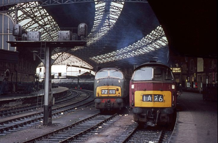 Western D1000 'Western Enterprise' and Warship D814 'Dragon' at Bristol Temple Meads.
