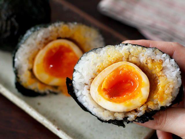 食通のためのグルメメディアdressing「dressing編集部」の記事「半熟卵を「煮切り醬油」に漬けると最高にウマイ!昔ながらの万能調味料・煮切り醬油の作り方と簡単アレンジ」です。