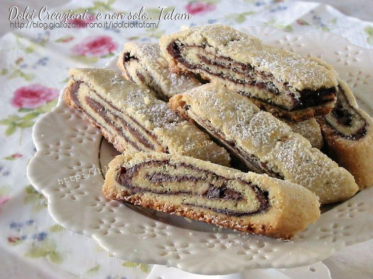 Rotolo di pasta frolla alla Nutella: un delizioso e facilissimo dolce di pasta frolla che racchiude una spirale di irresistibile crema alle nocciole che ...