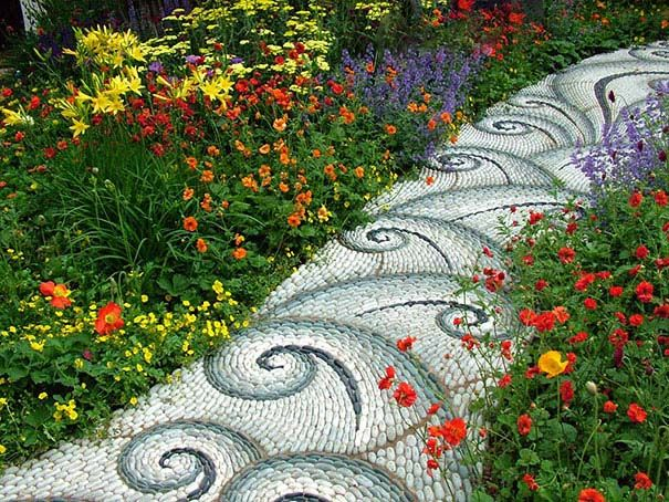 Záhrada je miesto, kde sa dobre relaxuje a oddychuje. Zároveň je jedným z najlepších miest pri dome, kde môže človek ukázať svoje tvorivé schopnosti. Príkladom môžu byť okrasné záhradky, skalky alebo aj chodníky.