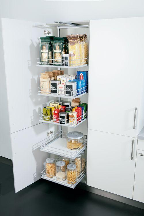 Ein Etagenauszug im Hochschrank lässt dich auch die hintersten Dinge ganz einfach erreichen. Mehr Ideen rund um Küche und Wohnen gibts bei Spitzhüttl Home Company. #küche #ordnung #küchenschränke #auszug #wohnen #einrichtung #küchen