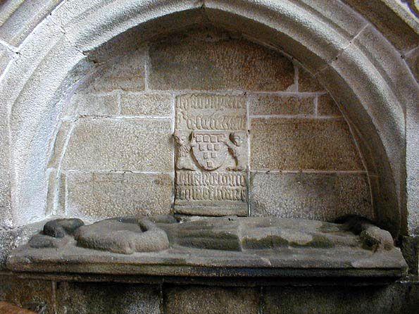 Enfeu de la famille du Perrier, en la chapelle de Confort * Maen-c'hourvez tiegezh Perrier, er chapel Koñfort