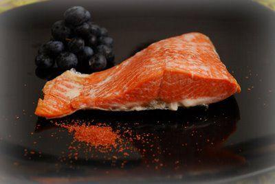 Salmone selvaggio Sockeye dell'Alaska al vapore con mirtilli e sale rosso Alaea Molokai delle Hawaii