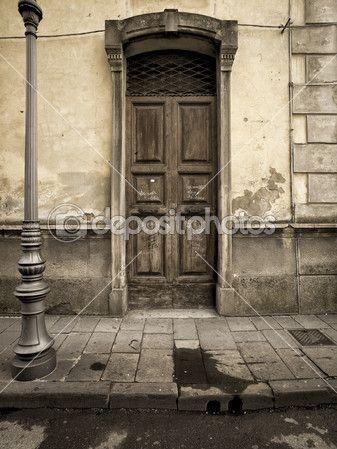 Скачать - Старинные двери в регионе Тоскана Италия — стоковое изображение #11739233