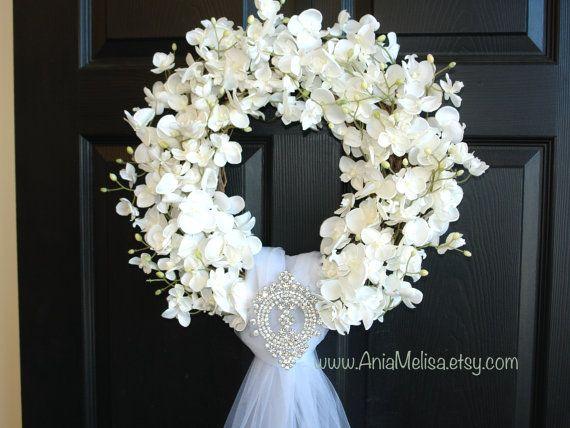 zomer kransen, bruiloften decor bloeit het hele jaar kransen, krans, elegante krans, pioenrozen rozen, voordeur, land Frans, buitenshuis en in de tuin Tule sluier BRUILOFT ORCHIDEE KRANS Deze aanbieding is voor mooie witte orchideeën krans. De perfecte krans, voordeur of wand decor, bruiloft decoraties van de deur. Ook een geweldig cadeau voor bruiloft, bruids douche... Deze regeling is gemaakt met faux orchideeën en de kroon van de wijnstok, met of zonder kristallen broche, het is…