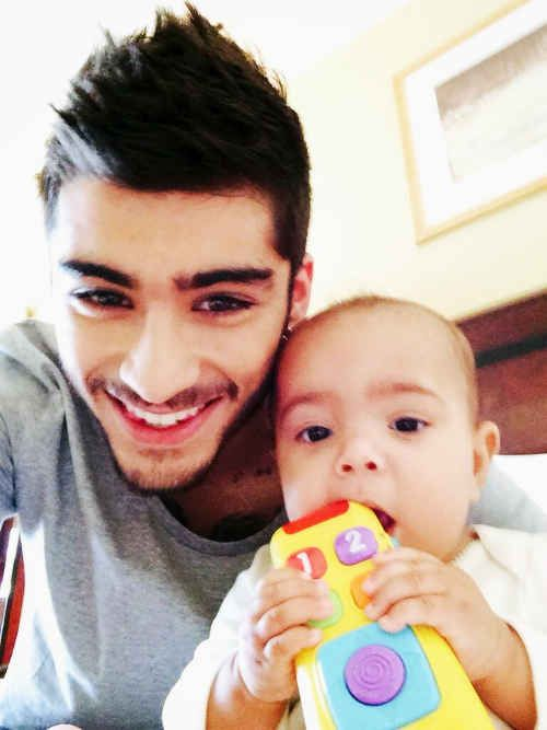 When he posed next to the luckiest baby on the planet. | 30 Times Zayn Malik Was The Most Perfect Member Of One Direction In 2013