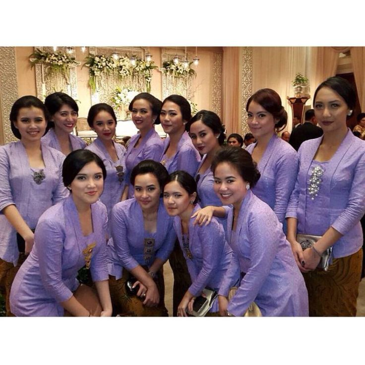 bridesmaids option 1: all clad in purple kutubaru kebaya! Adoring the choice of color that transcends an ultra feminine feel.