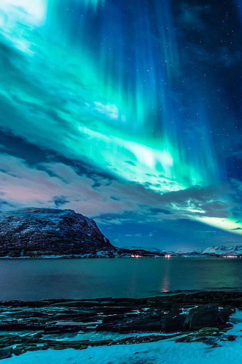 L'aurore boréale est un phénomène au ciel avec des couleurs vifs. Ça ce passe le plus souvent en hiver.