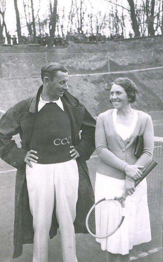 Vlasta Burian miloval tenis. Na začátku let třicátých s tehdy velmi populární tenistkou Rubeškovou.