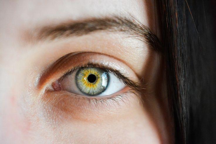 Sa vorbim putin despre un subiect foarte importat si sensibil pentru noi femeile, pielea din jurul ochilor. E cea mai sensibila si cea mai subtire de pe tot corpul si este prima care ne da de gol …