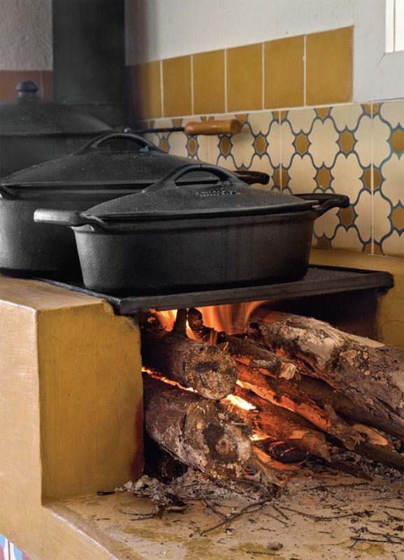 A bancada do fogão a lenha (Chauffage) foi revestida de cimentado com corante mostarda, executada pelo empreiteiro.