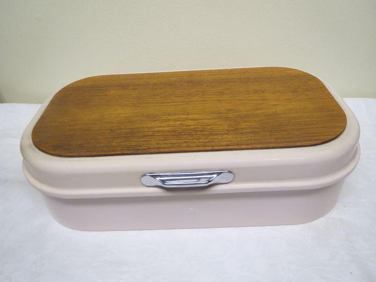 Vintage-leipälaatikon de lux-malli, jos siis leikkuulauta kannen päällä. Leikkuulauta on puuta, muuten laatikko on alumiinia.  Väri on hempeä roosa, hiukan kulumajälkiä ja sisäpuolella käytön jälkiä, yleisilmeeltään siisti.  Koko 40 x 23, korkeus 11 cm.  28 euroa.