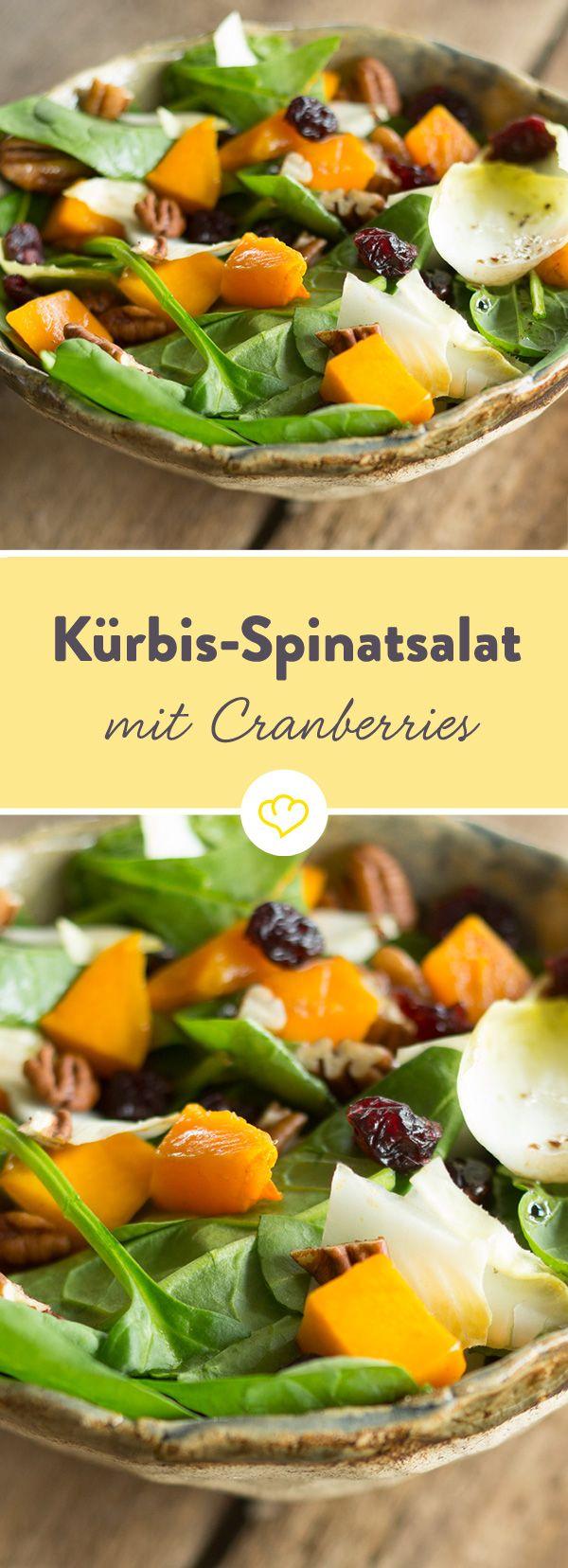 Kürbis auf dem Salat - bislang völlig unbekannt. Der perfekte Begleiter: Parmesan. Und eine Handvoll Cranberries. Für das süß-salzige Gleichgewicht.