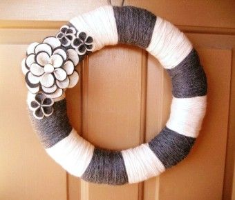 Striped Yarn Wreath DIY with felt flowers - home decor, handmade felt wreath