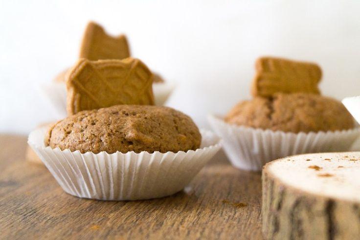 Winterliche Spekulatius-Muffins mit einem einfachen Muffin-Grundteig und jeder Menge Liebe. Schmeckt am besten zu einem veganen Chai-Latte für das perfekte Wintergefühl. Klick dich gleich zum Rezept oder speichere es jetzt für später!