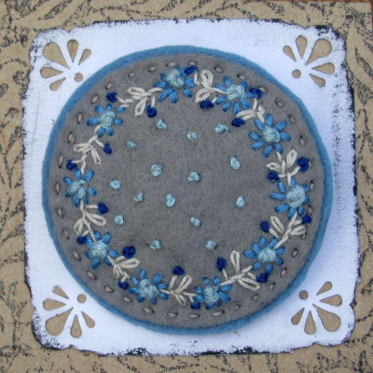 Modré kvítí s vůní levandule Brož je ušita z barevné plsti, vyšívaná bavlnkami, je vyplněna voňavou levandulí. Připíná se pomocí brožového můstku Průměr 6cm
