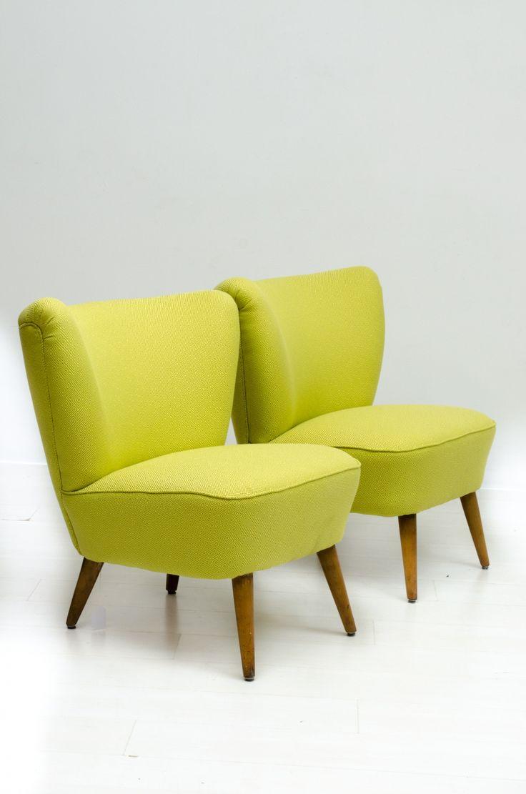 """Onze stoffeerder heeft zijn best weer gedaan op deze geweldige comfortabele set van twee """"cocktail"""" fauteuils, we hebben stof gebruikt van van den Acker met een fraai """"doolhofpatroontje"""". Na een halve eeuw kunnen ze er met deze opknapbeurt weer decennia tegen aan."""