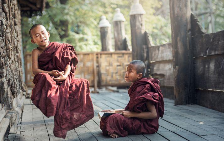 novizio buddista nel tempio, Myanmar