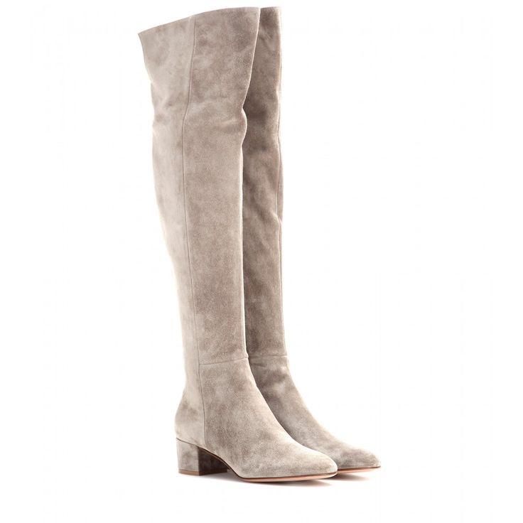 Gianvito Rossi - Cuissardes en daim - Prenez une longueur d'avance avec Gianvito Rossi et ses cuissardes sublimes. En daim velouté couleur taupe, elles habillent vos jambes avec beaucoup d'élégance et sont portées par un talon carré de hauteur modérée. Sobres et féminines, elles s'associeront avec l'ensemble de votre dressing. seen @ www.mytheresa.com