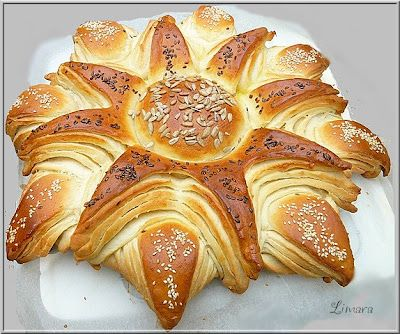 Napraforgó kalács - Hungarian sunflower-shaped sweet bread.