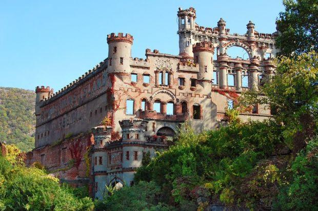 Bannerman Castle, Pollepel Island, New York Este castelo foi construído pelo proprietário Francis Bannerman VI, que pretendia usar o espaço como armazenamento após a compra de excedentes militares americanos depois da guerra com os espanhóis . 200 libras de munição explodiu em 1920 , destruindo grande parte do castelo .
