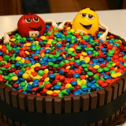 17 best images about themed cake kitkat lover on for Decoration gateau m m s