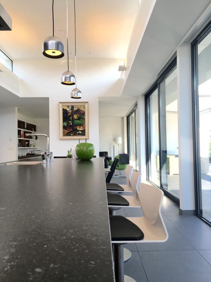 Referentie Wildhagen | Kookeiland met stenen keukenblad. https://www.facebook.com/wildhagen.nl/posts/813036452134756 #designkeukens
