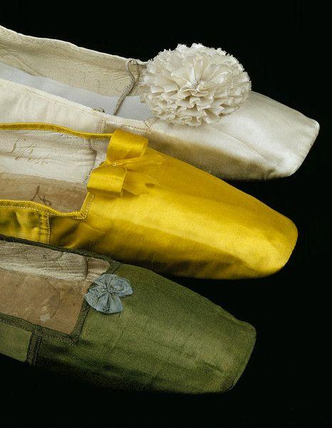 1830-40- Como la falda se ensancho y acorto durante la década de 1830, la atención se centró en el pie y el tobillo. Zapatos de sed, lino o cuero de colores complementan la riqueza del vestido, a menudo coincide con el cinturón o los listones largos usados en el sombrero.  Las rosetas fueron cada vez más de moda, está hecha de una sola pieza de la cinta. Por su fragilidad las zapatillas de seda estaban reservadas generalmente para el uso de interior, traje de noche o para ocasiones…