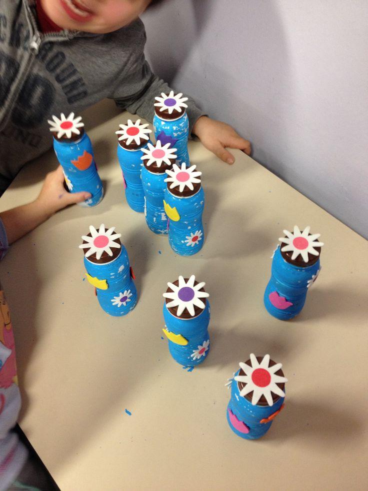 """Memoriespel met geluiden ( gemaakt van kleine yoghurtflesjes gevuld met allerlei materialen die """"geluid""""geven; twee dezelfde bij elkaar zoeken). Tip: laat enkele kleuters de busjes klaarmaken en materiaal voor erin zoeken!"""