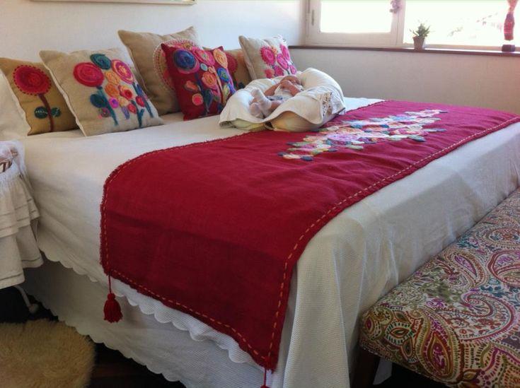 Pie de cama y almohadones artesanales bordado - Pie de cama ...