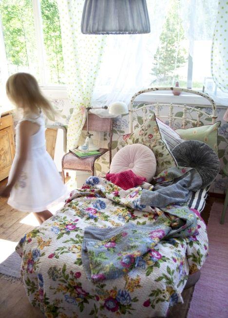Mökin sisustus sallii hyvin iloisen rönsyilyn romanttisilla kukkakuoseilla ja jätskiväreillä. Pastellisävyt ja kukkakuosit ovat taas muodissa!    Cuteness of a tiny summer house. Pastels and romantic flower prints are hot right now, they bring summer also inside the cabin.